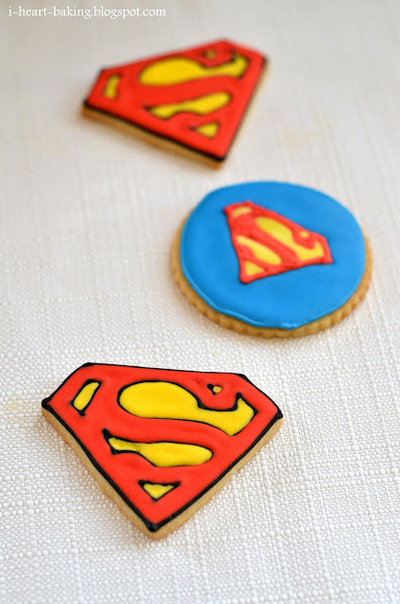 How to decorate a character cookie. Superman Cookies - Step 4