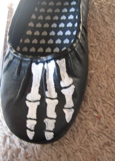 How to paint a pair of painted shoes. Skeleton Shoes - Step 3
