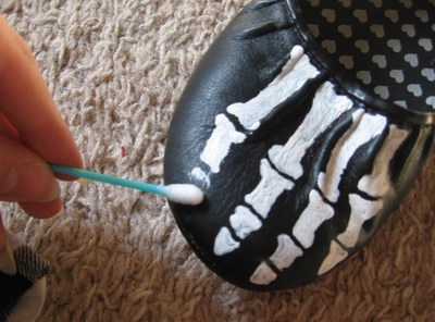 How to paint a pair of painted shoes. Skeleton Shoes - Step 4