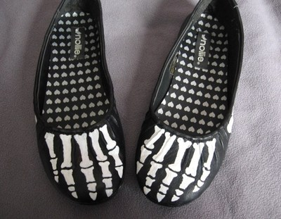 How to paint a pair of painted shoes. Skeleton Shoes - Step 9