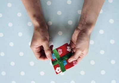 How to make a Christmas decoration. Gift Wrapped Present - Step 8