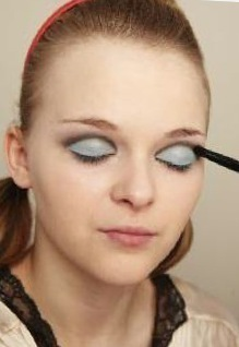 How to create a pin-up makeup look. Twiggy Make Up - Step 3