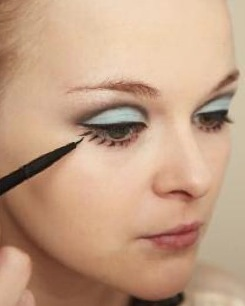 How to create a pin-up makeup look. Twiggy Make Up - Step 5