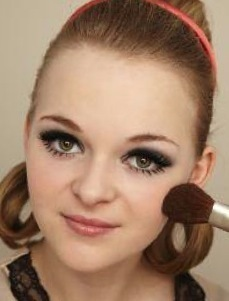 How to create a pin-up makeup look. Twiggy Make Up - Step 8