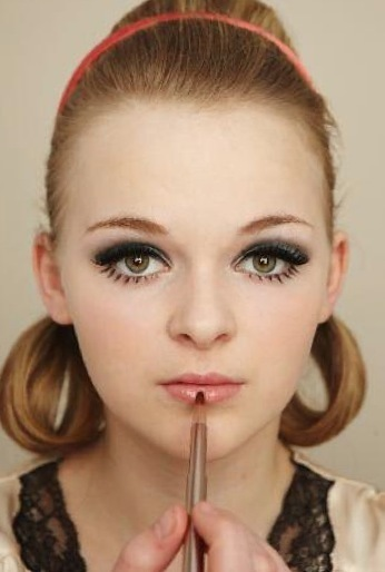 How to create a pin-up makeup look. Twiggy Make Up - Step 9