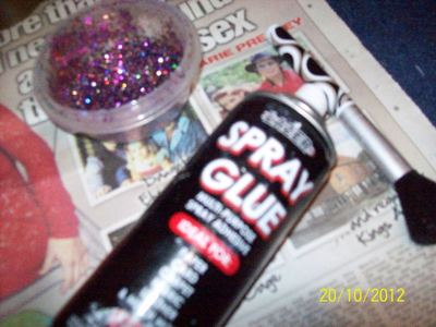 How to decorate a pair of glitter shoes. Diy: Glittery Boots - Step 2