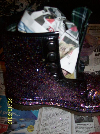 How to decorate a pair of glitter shoes. Diy: Glittery Boots - Step 3