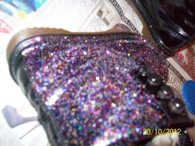 How to decorate a pair of glitter shoes. Diy: Glittery Boots - Step 5