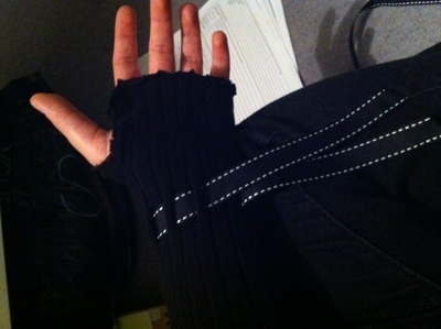 How to make a pair of recycled gloves. Armwarmers From Old Tights - Step 5
