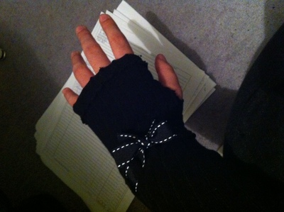 How to make a pair of recycled gloves. Armwarmers From Old Tights - Step 8