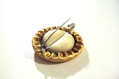 How to make a bottle cap brooch. Bottlecap Pins. - Step 4