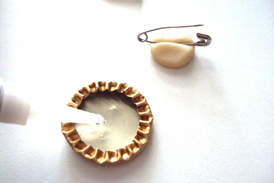 How to make a bottle cap brooch. Bottlecap Pins. - Step 6
