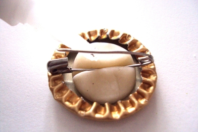 How to make a bottle cap brooch. Bottlecap Pins. - Step 7