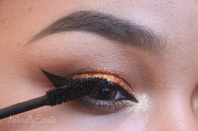 How to create a glitter eye. Bronze Glitter Holiday Makeup - Step 12