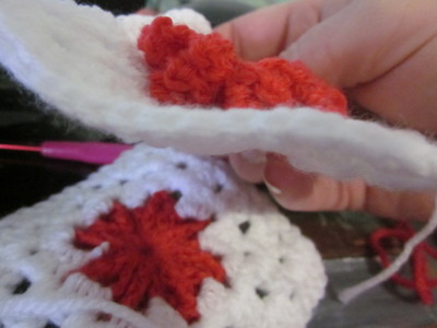 How to make a knit or crochet tote. Granny Square Handbag ( Sewing Your Granny Sqares Together) - Step 2