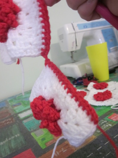 How to make a knit or crochet tote. Granny Square Handbag ( Sewing Your Granny Sqares Together) - Step 13