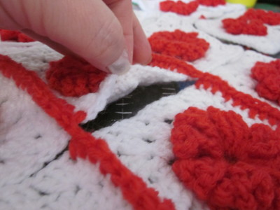 How to make a knit or crochet tote. Granny Square Handbag ( Sewing Your Granny Sqares Together) - Step 15