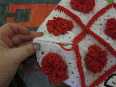 How to make a knit or crochet tote. Granny Square Handbag ( Sewing Your Granny Sqares Together) - Step 20