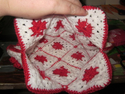 How to make a knit or crochet tote. Granny Square Handbag ( Sewing Your Granny Sqares Together) - Step 26