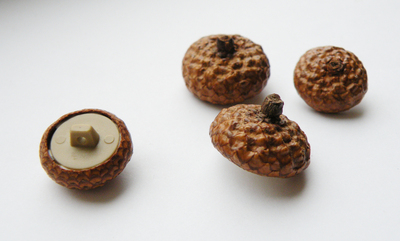 How to make a button necklace. Acorn Buttons - Step 3