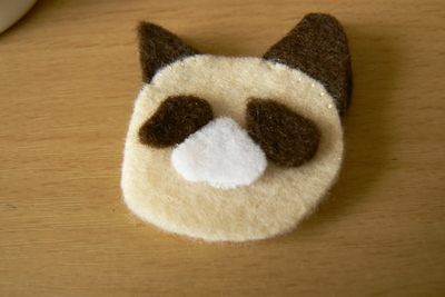 How to sew a fabric animal brooch. Grumpy Cat Brooch - Step 2