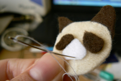 How to sew a fabric animal brooch. Grumpy Cat Brooch - Step 3