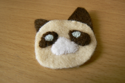 How to sew a fabric animal brooch. Grumpy Cat Brooch - Step 4