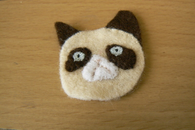 How to sew a fabric animal brooch. Grumpy Cat Brooch - Step 5