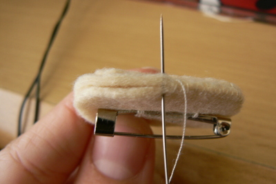How to sew a fabric animal brooch. Grumpy Cat Brooch - Step 8