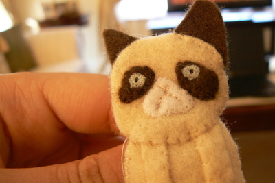 How to sew a fabric animal brooch. Grumpy Cat Brooch - Step 10