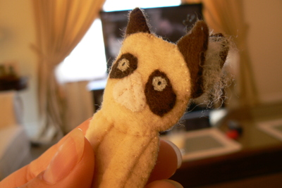 How to sew a fabric animal brooch. Grumpy Cat Brooch - Step 11