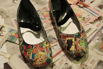 How to make a pair of decoupage shoes. How To Make Your Own Comic Shoes - Step 9