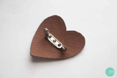How to embellish a bejewelled brooch. Decoden My Heart Brooch - Step 5