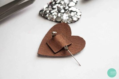 How to embellish a bejewelled brooch. Decoden My Heart Brooch - Step 7