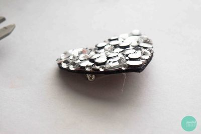 How to embellish a bejewelled brooch. Decoden My Heart Brooch - Step 8
