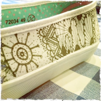 How to paint a pair of painted shoes. Zentangle Flats - Step 3