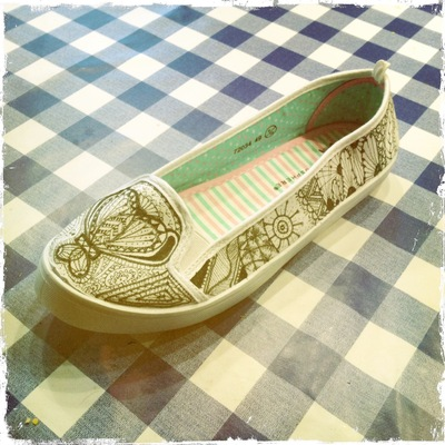 How to paint a pair of painted shoes. Zentangle Flats - Step 7