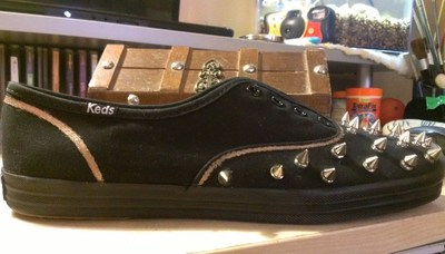How to make a pair of embellished shoes. Spiked Keds - Step 7