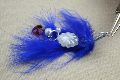 How to make a feather earring. Diy Feather Earrings Feather'S Blue Combined With Pearl'S Pure White - Step 4